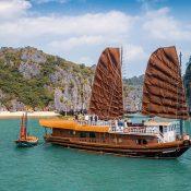 Découvrir la Baie d'Halong en jonque traditionnelle de manière privative